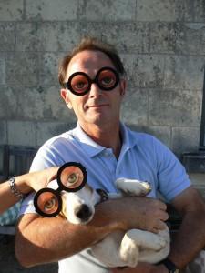 Pierre et son chien à la sortie de la clinique.